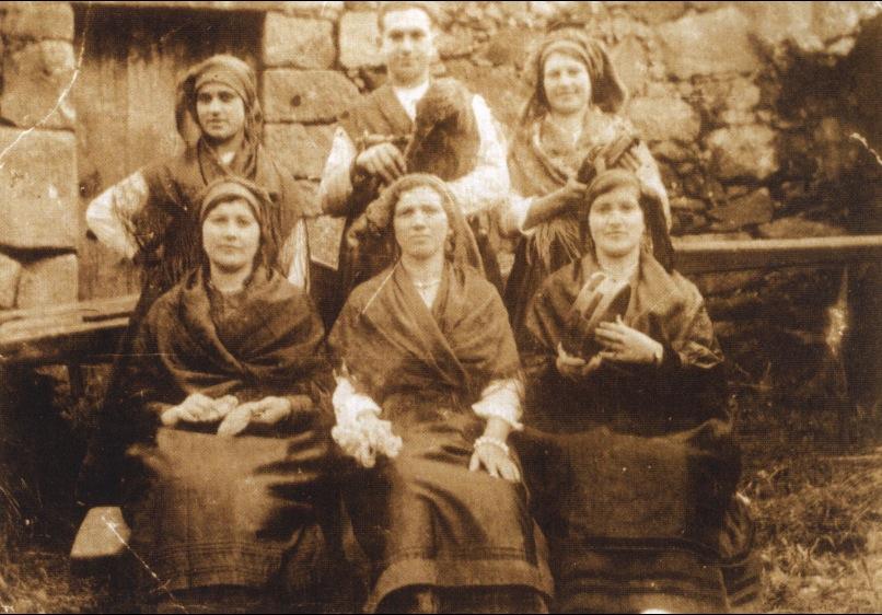 Gaiteiros e mulleres encargados de interpretar as rondas e cantigas propias dos maios